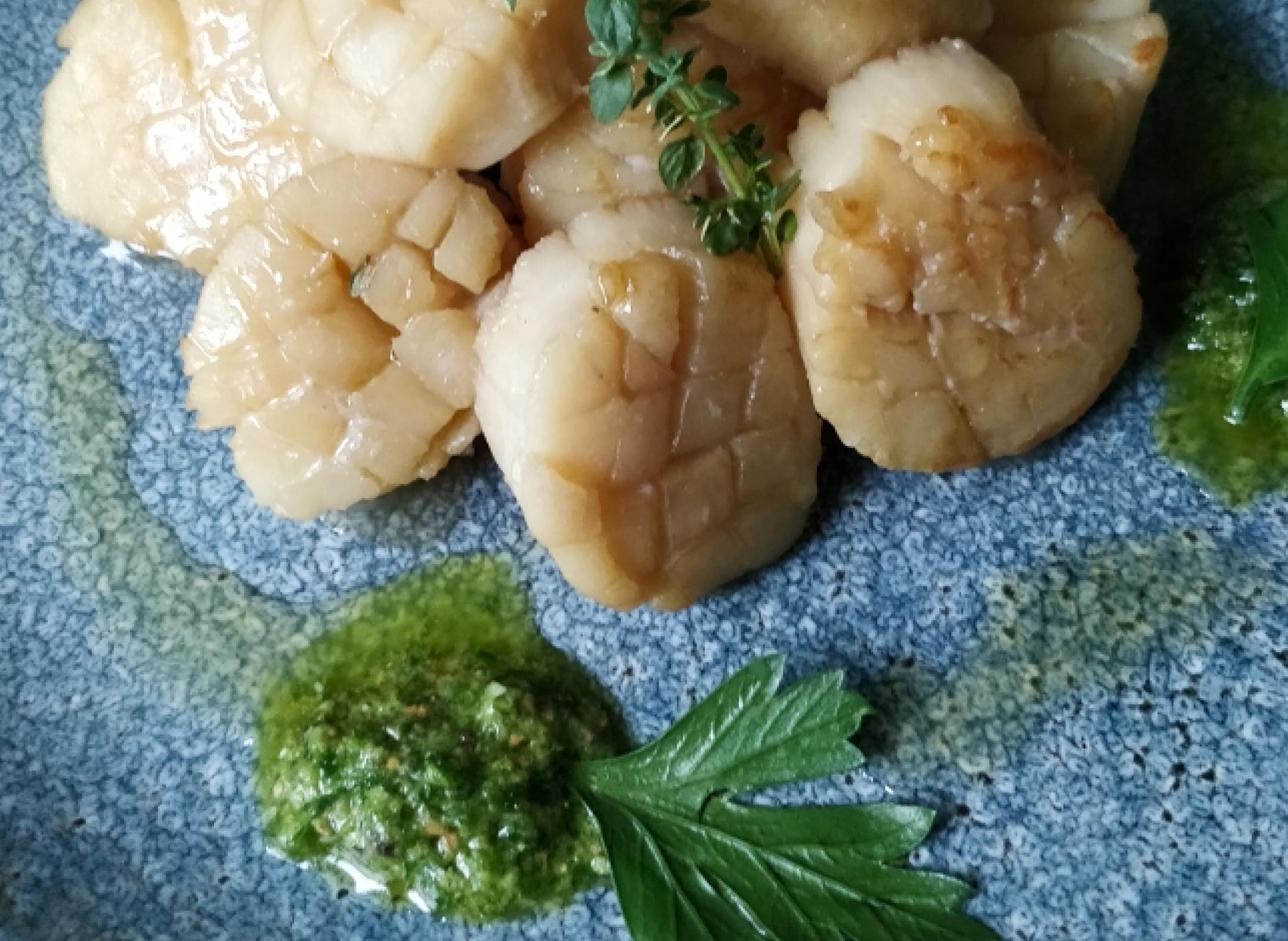 Морские гребешки с зеленым соусом