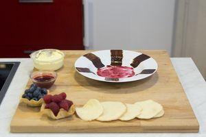 Приготовьте печенье для мильфея: взбейте в глубокой чашке яйцо с сахаром, затем всыпьте муку. Выпекайте в разогретой до 180С духовке до золотистого цвета в виде тонких кружочков.