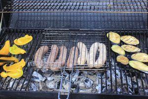 Колбаски  надрезать с одной стороны, обжарить на раскаленной решетке гриля.