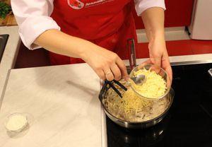 Довести до кипения, ввести 1ст.л муки, перемешать до однородного соуса, всыпать 1/3 часть сыра, снять с плиты.