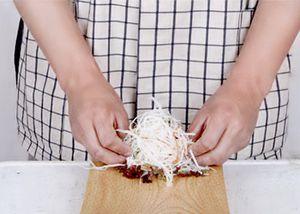 Нашинкуйте дайкон (редька), морковь, огурец тонкой соломкой, промойте под холодной водой или положите на 10 минут в лед