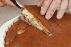 Готовый пирог нарезать на порционные кусочки подать теплым.