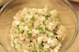 Приготовить начинку из печени трески: смешать в чашке печень трески, нарезанные отварные яйца, лук зеленый и вареный рис. Посолить, поперчить по вкусу.