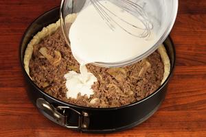 Соберите киш: для этого в форму выложите подготовленный фарш, залейте сливочной смесью