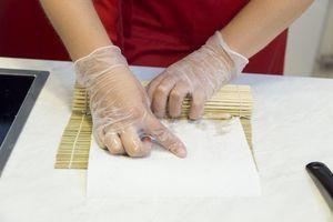 """Переложите омлет на бумажную салфетку, на коврик для роллов и сформируйте  в виде """"прямоугольника"""" или в виде """"капли"""". Слегка остудите, нарежьте на порции и подавайте с соусом, имбирем и васаби, зеленым луком."""