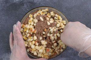 Затем добавить пюре, быстро перемешать до однородной консистенции.Добавить нарезанные яблоки и еще раз перемешать.