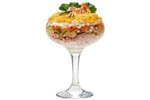 Выкладывайте слоями: майонез, картофель, лук, горбушу, майонез, огурцы, яблоко, натертое сливочное масло, белок, морковь, майонез, натертый на мелкой терке желток.