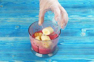 Добавить очищенный и нарезанный кусочками банан