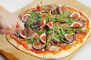 Поставьте пиццу в разогретую до 270С духовку. Как только тесто подрумянится, можно доставать. ( с нашей мощностью духовки, пицца готовилась 5-6 минут). Украсьте готовую пиццу свежей рукколой и дольками инжира.