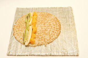 Положить фруктовую начинку на готовый блин, аккуратно, не смешивая слои.