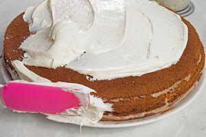 Верх торта смажьте сливочным кремом и поставьте в холодильник на 20-30 минут
