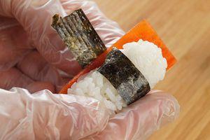 Заверните кончики нори  один на другой внахлест. Таким же образом сделайте суши с авокадо и желтым перцем.