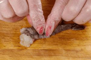 Затем креветки очистить от панциря, оставляя хвостик. По спинке продавить каждую креветку, чтобы во время жарки они не свернулись.