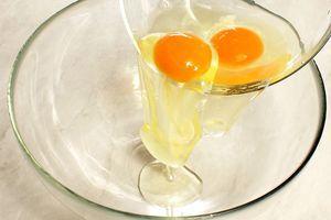 В глубокую миску разбейте яйца
