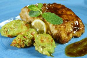 Готовую рыбу украсить зеленью, лимоном. Можно подать с соусом гуакамоле с красным перцем.