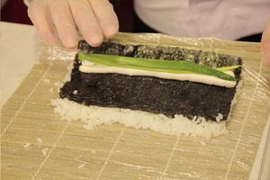 Рис выкладываем остывать и заливаем полученным соусом, равномерно размешиваем. Пока рис остывает, его рекомендуется периодически помешивать.
