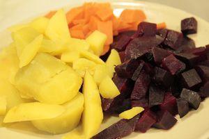 Отварить овощи: картофель, морковь, свеклу в кипящей подсоленной воде. Остудить. Важно, чтобы овощи не переварились.