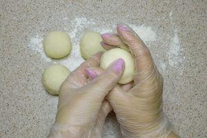 Затем разделить на небольшие колобки, накрыть полотенцем и дать расстояться еще минут 5.