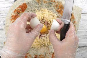 Сделать в центре углубление, куда разбить яйцо.