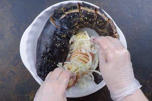 Выложить в форму для запекания. В центр уложить нарезанный тонкими пластиками картофель и нарезанный соломкой лук.