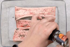 Выложить косточки в форму для запекания, сбрызнуть маслом, посолить, поперчить по вкусу.