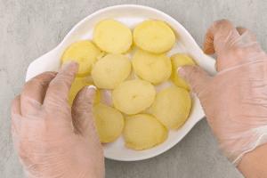 Форму для запекания смазать растительным маслом, выложить слой картофеля