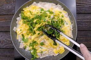 Добавить нарезанную зелень. Желток и сливки должны образовать нежный соус, но не успеть свернуться.