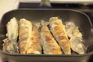 Обжарить на раскаленной сковороде с оливковым маслом примерно 10 минут ( в зависимости от размера рыбы). Подать с зеленью и помидорами черри.