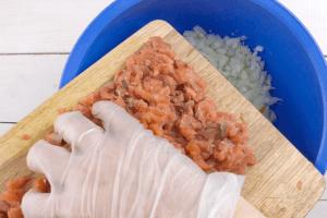 В чашке смешать лук и нарезанную рыбу
