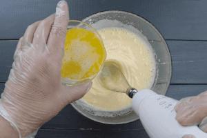 Влить растопленное сливочное масло