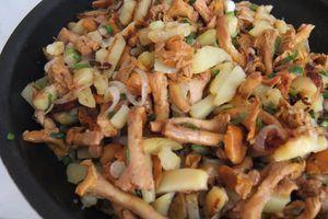 Аккуратно перемешайте готовые грибы с жареным картофелем. Подавайте со сметаной.