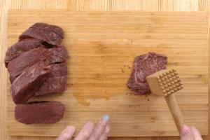 Конину зачистить от жилок и пленок, затем нарезать на стейки толщиной ~1,5см. Затем отбить тонкими пластиками, толщиной 0,5-0,6см.