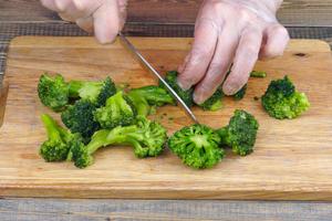 Капусту брокколи отварить до состояния аль-денте, если свежая. Если замороженная, то разморозить естественным способом на нижней полке холодильника. Разделить на небольшие соцветия.