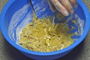 Перемешайте, затем всыпьте пшеничную муку, перемешайте и влейте растительное масло