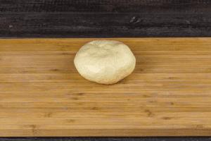Тесто смазать растительным маслом, разделить на порционные шарики.