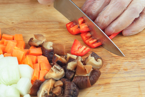 Лук и морковь очистить, нарезать крупным кубиком ~1*1см. Грибы шиитаке размочить (или взять свежие), нарезать крупными кусочками. Перец чили очистить от семян, нарезать крупными полосками.