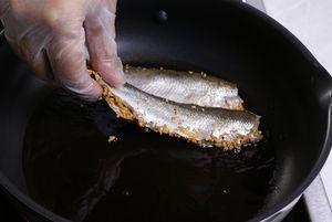Обжарить на разогретой с оливковым маслом сковороде с двух сторон, до золотистого цвета.