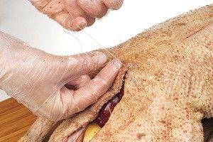 Зашейте ниткой, чтобы начинка не выпала во время приготовления.