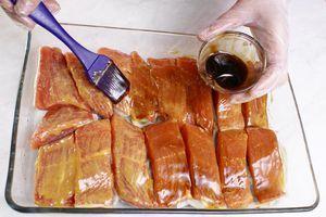 Затем  смазать рыбу устричным соусом.