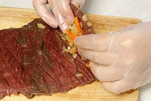 Накрыть начинку мясом в виде рулета