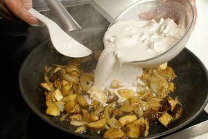 Влить кокосовые сливки, посолить, поперчить по вкусу. Выпарить до консистенции жидкой сметаны