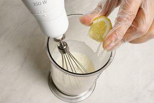 В конце взбивания добавить лимонный сок. Еще раз хорошо взбить.