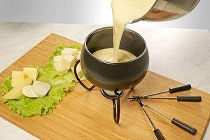 Перелить сырное фондю в специальную кастрюльку