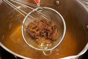 С помощью венчика и ситечка, растворите в бульоне смесь пасты мисо и хондаши