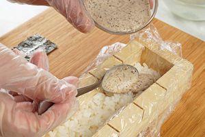 Затем смажьте рис ореховым соусом 2-3ч.л