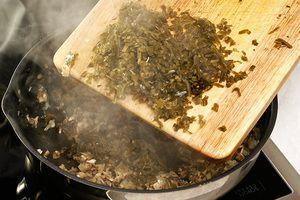 В конце добавить морскую капусту, обжарить еще 3-4 минуты, посолить, поперчить по вкусу