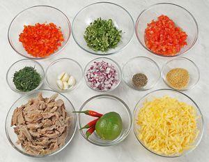 Отварите мясо индейки, нарежьте соломкой. У сладкого перца удалите семена, нарежьте мелким кубиком. Помидоры и красный лук нарежьте мелким кубиком примерно 5х5 мм. Сыр натрите на крупной терке.