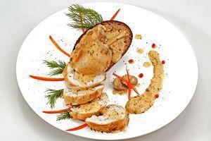 Подать с подсушенным гренком, соусом Дижон и свежими овощами.