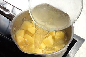 Затем добавить к луку картофель и рыбный бульон, варить до готовности картофеля. В конце посолить, поперчить по вкусу.