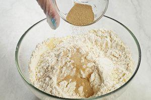 Добавьте к пшеничной муке семолину и дрожжи.